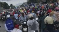 """Công nhân từ Hà Nội sang Hòa Bình """"chôn chân"""" tại chốt kiểm soát"""