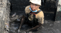 Bắc Ninh: Kinh hoàng nước thải bùn đen lại tràn ngập đường trong cụm công nghiệp giấy Phú Lâm