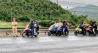 CSGT Phú Yên tặng quà cho người đi xe máy vào Nam