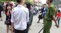 Giỗ Tổ 2017: Nhiều thiếu nữ mặc váy ngắn bị cấm lên Đền bái Tổ