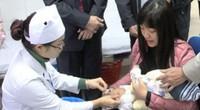 Hà Nội: Hàng trăm trẻ nhỏ tiêm vắc-xin trong giá rét