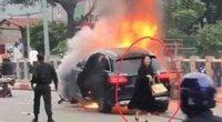 Vụ tai nạn xe Mercedes, dừng xe kiểm tra phụ nữ đi giày cao gót?
