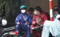 """Ảnh: Người dân mang áo mưa uống cà phê, ăn sáng trong ngày đầu Đà Nẵng """"mở cửa"""" trở lại"""