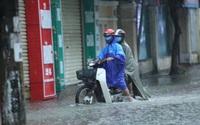 """Clip - ảnh: Mưa trắng trời, nhiều tuyến phố Hà Tĩnh """"biến"""" thành sông"""