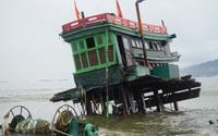 Đà Nẵng: Mưa to gió lớn, 2 tàu cá bị sóng đánh tan tành
