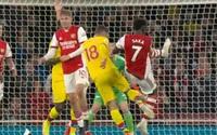 Bị đối thủ đá như võ MMA, sao Arsenal dính chấn thương nặng