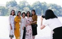 Hà Nội: Chị em xúng xính váy đẹp đổ về hồ Gươm chụp ảnh ngày 20/10 sau bao ngày giãn cách vì dịch