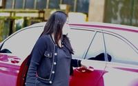 Vợ trung vệ Bùi Tiến Dũng mang bụng bầu đến đón chồng về nhà