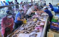 ẢNH: TP.HCM có chợ đặc biệt, cá, tôm chỉ nửa giá, ai mua cũng được