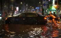 TP.HCM ngập nặng do mưa lớn kết hợp triều cường