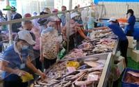 """Video: Từ Gò Vấp qua quận 5 đi chợ """"nửa giá"""", người dân bất ngờ cá, tôm, cái gì cũng rẻ"""