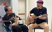 Nghệ sĩ saxophone Trần Mạnh Tuấn cùng nhạc sĩ Trần Tiến song tấu trong bệnh viện