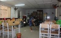 TP.HCM: Nhiều hàng quán lau chùi, dọn dẹp để chuẩn bị phục vụ bán tại chỗ