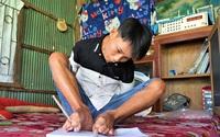 Nghị lực phi thường của cậu bé viết chữ, đánh máy bằng chân