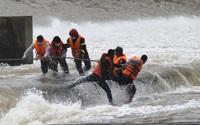 Quá trình cứu hộ Phó Giám đốc Sở ở Quảng Trị cùng 6 người mắc kẹt giữa dòng nước xiết