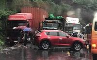 Vượt container, người phụ nữ lái ô tô tông vào xe tải gây tai nạn liên hoàn