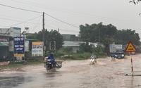 Đắk Lắk: Mưa lớn khiến nhiều đoạn Quốc lộ 27 ngập sâu cả mét, ô tô lẫn xe máy bì bõm trong nước
