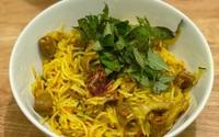 Thử làm món bún nghệ xào lòng thơm ngon đậm đà, chuẩn vị miền Trung