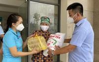 Báo NTNN/Dân Việt trao quà của các nhà hảo tâm tới lao động gặp khó khăn phường Xuân Phương