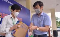 400 suất quà của bạn đọc Báo NTNN/Điện tử Dân Việt đến tay sinh viên, lao động nghèo Hà Nội
