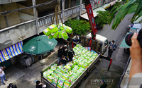 LẠ: Người dân sống trên tầng cao chung cư bất ngờ nhận lương thực tiếp tế bằng... cần cẩu