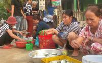 """Chợ """"chồm hổm"""" bán toàn cá ngon, muốn ăn tốn cả vài trăm ngàn"""
