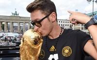 Vô địch World Cup, Ozil vung tiền làm từ thiện