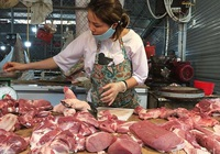 Giá thịt lợn cao chót vót, dân bớt khẩu phần, chợ ế chưa từng có