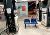 """NÓNG: Phát hiện cửa hàng 95 Vũ Ngọc Phan (HN) có dấu hiệu """"găm"""" 20.000 lít xăng"""
