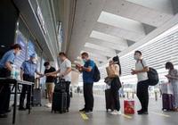 Bắc Kinh nới lỏng phong tỏa, người dân đổ xô đi mua vé máy bay