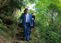 Chủ tịch Hội Nông dân Việt Nam chia sẻ cách chăn nuôi, trồng trọt cho bà con huyện Phong Thổ, tỉnh Lai Châu