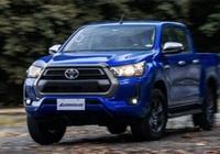Toyota Hilux 2022 nâng cấp về trang bị, giá bán tăng nhẹ