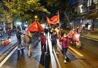 Gỡ phong tỏa bệnh viện Việt Đức, người dân vui mừng ùa ra đường phất cờ hò reo