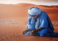 Hình ảnh chiếc áo xanh lam đặc biệt của đàn ông ở sa mạc Sahara
