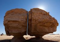 Video: Bí ẩn kỳ lạ về tảng đá bị chẻ đôi ở Arab Saudi
