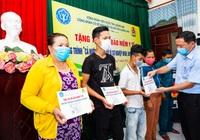 BHXH tỉnh Quảng Nam tặng 100 thẻ BHYT cho người dân khó khăn