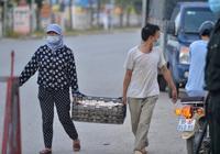 """Thuận Thành lập """"kỷ lục"""" 77 ca cộng dồn, hàng trăm phương tiện quay đầu xe, người dân tranh thủ tiếp tế lương thực"""