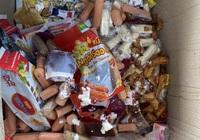 """Hàng trăm sản phẩm xúc xích, sữa chua, cơm dừa sầu riêng thực khách chưa kịp ăn thì bị bắt """"nóng"""""""