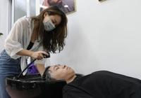 """Hà Nội áp dụng Chỉ thị 15: Rủ nhau đi làm đẹp sau gần 60 ngày """"nhịn"""" cắt tóc"""