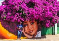 Bức tranh cô bé với mái tóc là giàn hoa giấy màu tím khổng lồ gây ấn tượng cực mạnh