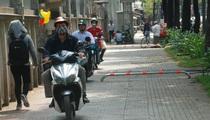 Đi xe máy trên vỉa hè, thói quen xấu cần xử nghiêm!