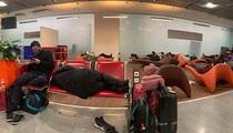 Tin mới nhất về nhóm người Việt mắc kẹt ở sân bay Paris giữa bão Covid-19