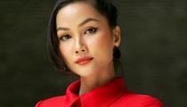 """Hoa hậu H'Hen Niê diện """"cây đỏ"""" kín bưng vẫn khoe dáng đẹp như tranh"""