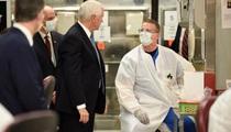 Phó Tổng thống Mỹ không đeo khẩu trang khi vào bệnh viện giữa mùa dịch