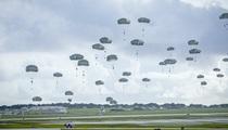 Hàng trăm lính dù Mỹ nhảy khỏi máy bay, bất ngờ đổ bộ đảo Guam