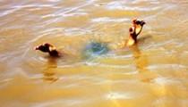 Ra hồ chơi, hai chị em đuối nước tử vong