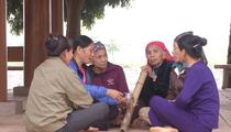 Độc đáo làng phụ nữ hút thuốc lào ở Hòa Bình