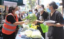 TP.HCM: Quận 5 mang chợ ra đường, người dân háo hức mua thực phẩm giá gốc