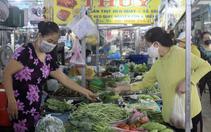 ẢNH: Chợ truyền thống mở lại, người dân TP.HCM tự tay mua rau, thịt cá sau 4 tháng giãn cách