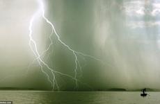 Ảnh tia sét trên Vịnh Hạ Long lọt top khoảnh khắc ngoạn mục về thời tiết